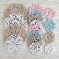 64 Mini Carpetas circulares en crochet (Patrones) Learn the rudiments of how to crocheting, at the v Filet Crochet, Mandala Au Crochet, Crochet Doily Patterns, Thread Crochet, Crochet Doilies, Crochet Flowers, Crochet Stitches, Knitting Patterns, Knit Crochet