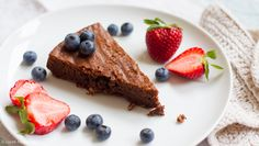 Chocolate Hazelnut Cake (gluten-free) This rich yet not overly sweet chocolate cake is a perfect dessert, especially since it boasts healthier ingredients than the average cake recipe! Chocolate Hazelnut Cake, Chocolate Recipes, Dessert Chocolate, Healthy Chocolate, Gluten Free Cakes, Gluten Free Baking, No Cook Desserts, Delicious Desserts, Coconut Sugar Recipes