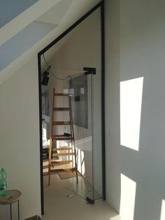 Realizácia sklenených dverí do atypického otvoru a ešte aj v čiernej zárubni. Zámok, kľučka a pánty sme použili od spoločnosti TUPAI. Všetky doplnky zladené do farby čierna matná, dizajnovo skvelý výsledok. Oversized Mirror, Furniture, Home Decor, Decoration Home, Room Decor, Home Furnishings, Home Interior Design, Home Decoration, Interior Design