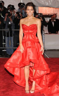 The actress stole the spotlight at the 2009 gala when she donned a fiery red Versace strapless gown with a voluminous skirt. She completed her immaculate attire with blush pink peep-toe heels and silver dangling earrings.