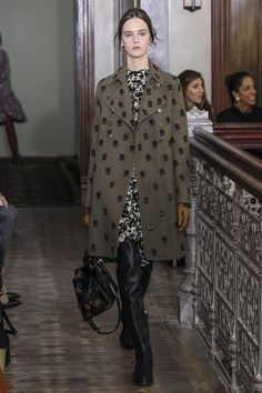 See the complete Valentino Pre-Fall 2017 collection.