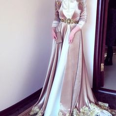 Image in Mode et compagnie. Abaya Fashion, Muslim Fashion, Fashion Dresses, Long Sleeve Evening Gowns, Evening Dresses, Beautiful Prom Dresses, Pretty Dresses, Caftan Dress, Kaftan