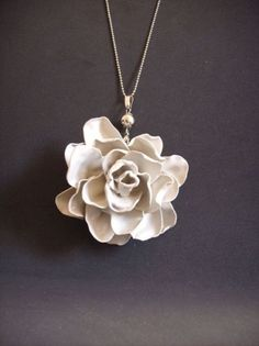 Rose pendant made from melted plastic spoons Melted Plastic, Plastic Spoons, Plastic Bottle, Ideas Joyería, Craft Ideas, Fleurs Diy, Spoon Necklace, Diy Necklace, Washer Necklace