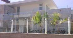 O muro de vidro é um elemento capaz de valorizar a arquitetura da casa, destacando o estilo contemporâneo na construção. Ele ainda é uma novidade no mercado e muitas pessoas ficam em dúvida se vale a pena adquiri-lo ou não.