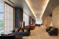 2階にはレセプション・ラウンジのほか、宿泊者がいれば利用できる会議室(カンファレンス)も備える。床はクリ材で1枚ずつわずかなムクリを付けている Sofa Design, Interior Design, Office Images, Cove Lighting, Japanese Modern, Healthcare Design, Hotel Interiors, Hotel Lobby, Entrance Hall