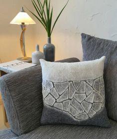 🔹FELT Pillow 🔹handmade ⠀ Ich liebe den Filz im Interieur und daher entstehen bei mir immer wieder neue Werke 😊. ⠀ Diesmal ist es ein Kissen…