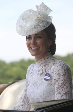 The Duchess of Cambridge in her first appearance at Ascot. Blue circle is a name tag that says Royal Box Duchess of Cambridge. Style Kate Middleton, Princesa Kate Middleton, Kate Middleton Outfits, Royal Ascot, Windsor, Herzogin Von Cambridge, Style Royal, Elisabeth Ii, Estilo Real