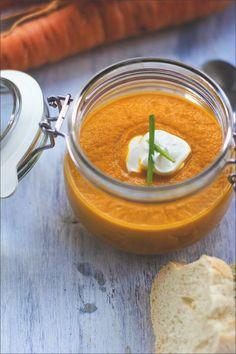 Vegetarische Möhrensuppe / Karottensuppe mit gerösteten Möhren, Karottensaft und Ingwer von moeyskitchen.com