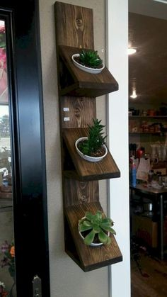 Trendy DIY Wall Planters Train You How To Greenify Your Dwelling A DIY wall planter is the perfect approach. Diy Wall Planter, Wall Mounted Planters, Wood Planters, Diy Wand, House Plants Decor, Plant Decor, Diy Pallet Projects, Woodworking Projects, Diy Garden Decor
