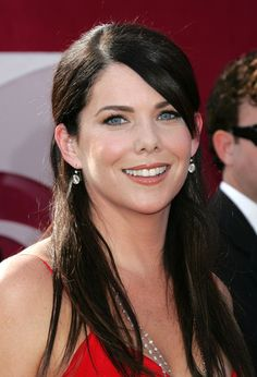 Lauren Graham - American actress, producer and novelist. She is best known for playing Lorelai Gilmore on the WB Network dramedy series Gilmore Girls and Sarah Braverman on Parenthood. Graham, an Irish American, was born in Honolulu, Hawaii. Dark Hair, Brown Hair, Parenthood Tv Show, Girlmore Girls, Lauren Graham, Fair Skin, Beautiful Actresses, Beautiful Celebrities, American Actress