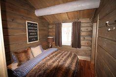 Hytten ligger på Hovdenut, en av Hovdens mest attraktive hyttefelt. Tomten ligger solrikt til med utsikt mot bakken og utover hele Hovden. Heistrassen går 20 meter fra hytten.