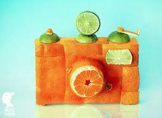 Objetos criativamente montados com frutas e legumes.