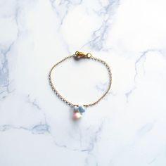 Iridescent Crystal Teardrop Glass Bead Bracelet (Single) - Gold-Plated di SerendipiDIY su Etsy https://www.etsy.com/it/listing/595467659/iridescent-crystal-teardrop-glass-bead