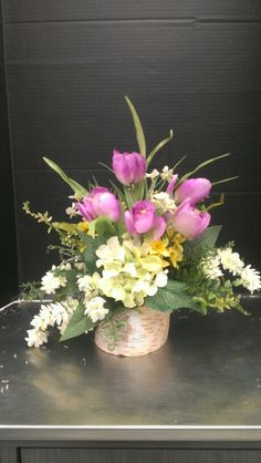 Burch wood log with mini tulips. Silk Floral Arrangements, Table Arrangements, Bunch Of Flowers, Pretty Flowers, Bowl Centerpieces, Birch Logs, Small Vases, Bride Flowers, Arte Floral