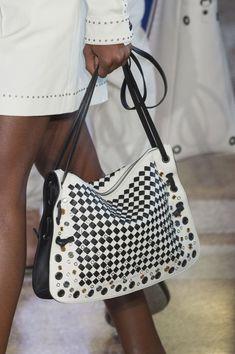 Bottega Veneta at Milan Fashion Week Spring 2018 - Details Runway Photos Hermes Handbags, Luxury Handbags, Black Handbags, Fashion Handbags, Purses And Handbags, Fashion Bags, Milan Fashion, Women's Fashion, Italian Handbags