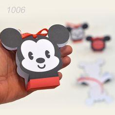 Bomboniere Cutiute Forma Mickey Cutie forma Mickey din carton alb, personalizare cu text la alegere. Dimensiune cutie asamblata: inaltime 10.5 cm latime 12 cm baza 5 cm Cutia nu se asambleaza. Prinderea se realizeaza cu snur culoare rosie (inclus). Termen executie 2-3 zile lucratoare. Se pot comanda minim 20 buc.