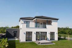 Stadtvilla modern mit Walmdach und Terrasse - Einfamilienhaus Architektur Streif Haus Bitburg Fertighaus - HausbauDirekt.de