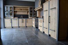Landelijk massief houten keuken op maat gemaakt met eiken fronten, zichtzijdes en stalen stollen Kitchen Cabinet Doors, Kitchen Cabinets, Cabinet Styles, Locker Storage, House Plans, Rustic, Architecture, Wood, Interior