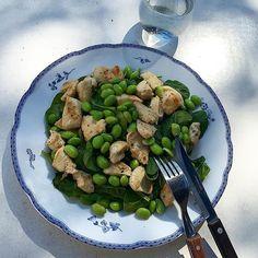 Frisk spinat, edemambønner og kylling