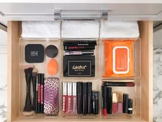 My Beauty Uniform: Clea Shearer Some good suggestions here Makeup Palette Storage, Makeup Storage, Diy Outfits, Makeup Drawer Organization, Bathroom Organisation, Beauty Uniforms, Oily Skin Remedy, Indian Eyes, The Home Edit
