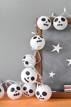 14 Last-Minute DIY Halloween Decorations Diy Paper Crafts diy halloween crafts with paper Diy Halloween, Adornos Halloween, Manualidades Halloween, Easy Halloween Decorations, Halloween Crafts For Kids, Holidays Halloween, Halloween Lanterns, Christmas Lanterns, Halloween 2019