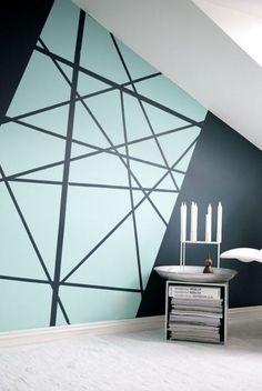 Peindre des motifs géométriques sur un mur dans sa maison