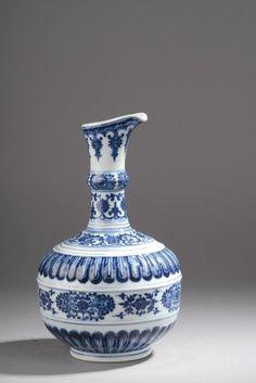 Chine, époque Yongzheng (1723-1736). Aiguière en porcelaine décorée en bleu sous couverte, marque de Yongzheng à six caractères en zhuanshu au revers, h. 27 cm. Frais compris : 252 174 €. Mercredi 9 juillet, salle 6 - Drouot-Richelieu. Wapler Mica SVV. Mme Jossaume, M. Portier.
