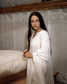 Olivia Hussey Romeo and Juliet Poster In White Nightgown Olivia Hussey, Gilmore Girls, Zeffirelli Romeo And Juliet, Juliet Capulet, Leonard Whiting, White Nightgown, Romeo Y Julieta, Marlon Brando, Jack Nicholson