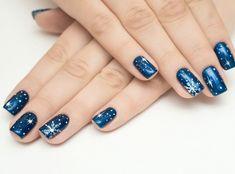 deco ongle noel en venis à ongles couleur bleu foncé et motif flacon de  neige et