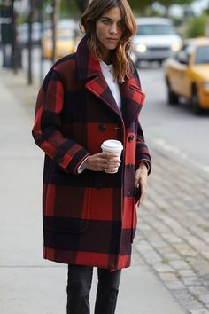 Winter Fashion and Winter Outfit Ideas. Red plaid winter coat on Alexa Chung. Alexa Chung Style, Look Fashion, Womens Fashion, Fashion Trends, Net Fashion, Fashion Bloggers, Mode Pop, Mode Abaya, Coats