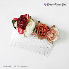 Peineta Flores #01. Peineta con pequeñas rosas de tela en tonos rojo, rosa pálido y beig y detalles en verde.
