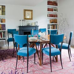 Dining area with blue velvet - so energetic and aldo so simple!
