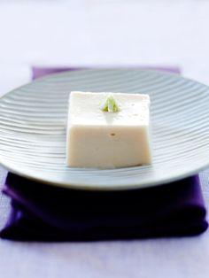 寺のもてなし料理だったごま豆腐は、精進料理の定番。僧侶はすりこぎとすり鉢で、食べる人のことを思い心を込めてごまをする。ここではシンプルにするためにごまペーストを使用したが、そんな気持ちも忘れずに。|『ELLE a table』はおしゃれで簡単なレシピが満載!