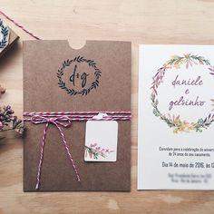 O modelo Amores III ganhou uma nova versão.   #convites #convitedecasamento #bodasdeopala #casamento #papelariapersonalizada #papelkraft #conviterustico #duoamor
