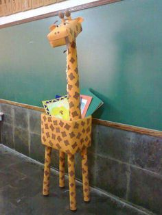 Arte, Educação e Sucata: Girafa de sucata Mais Vbs Crafts, Preschool Crafts, Diy And Crafts, Crafts For Kids, Arts And Crafts, Paper Crafts, Jungle Decorations, School Decorations, Jungle Theme Classroom