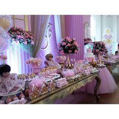Princesa para os 2 aninhos da Isadora. Decoração e lembranças @lalapetit Pirulitos, bolo, bombons, alfajor, maçã @valeriamsaquino Balões @balloonart.go Buffet e espaço @espacozpelin #festaadoradoll #adoradollprincesa #festadeprincesa #festainfantil #festademenina #festalinda #kidsparty #partyideas