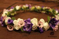 MANUALIDADES Flores para el pelo, coronasycintillos Nueva colección de coronas con flores para el pelo, un delicado accesorio lleno de romanticismo y femineidad. Estos cintillos son hechos sin un...