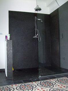 Italian shower: 33 photos of open showers - Bathroom 01 Open Showers, Black Tiles, Black Floor, Laundry In Bathroom, Open Bathroom, Black Kitchens, Kitchen Black, Color Tile, Kitchen Flooring