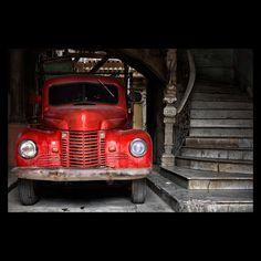 Nikon Ambassador Vincent Versace photo of an old red truck in a garage doorway in Cuba