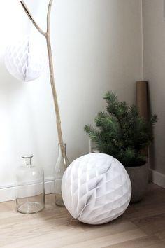 Cette année , je pense que les boules de papier seront sur pas mal de blogs ( ça commence déjà sur çertains blogs et aussi sur pinterest!)au moment des déco de Noël...le big succès du Noël 2013!