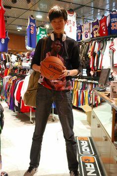 【大阪店】 2014年4月24日 レイカーズのヘッドホンご購入頂きました! とても楽しいお話ありがとうございます(・ω<) またいつでも来てくださいね!! #nba