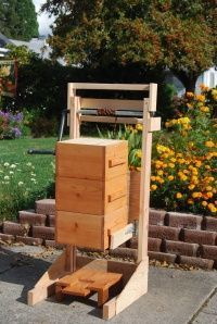 Love the idea for this lift for my Warre beehive... I doubt little old me could handle lifting all of that to add more boxes on my own