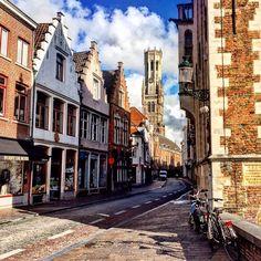 Улица Шерсти в Брюгге. Сейчас это улочка со всевозможными сувенирными, шоколадными, кружевными и пивными магазинчиками. А в средневековье на этой улице находился городской склад шерсти. Отсюда и название улицы. #брюгге #бельгия #архитектура #башня #улица