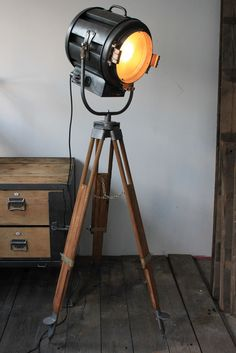 1000 id es sur le th me clairage industriel sur pinterest for Lampe projecteur cinema sur trepied