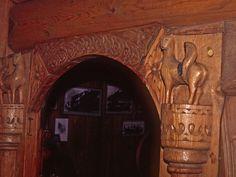 Detalhes esculpidos em porta de madeira de uma casa antiga em