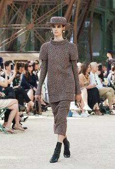 Karl Lagerfeld showcased Chanel's Fall Winter In The Shadow Of The Eiffel Tower Haute Couture collection, yesterday at Grand Palais in Paris. Chanel Couture, Karl Lagerfeld, Coco Chanel, Winter 2017, Fall Winter, Tweed, Haute Couture Looks, Chanel 2017, Chanel Official Website