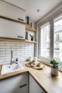 Les étagères ont été faites sur mesure dans la cuisine pour laisser la fenêtre s'ouvrir.