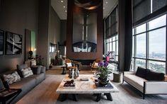 Com pé-direito de sete metros, o espaço de João Armentano tem um painel em madeira e espelhos, além de muito cinza na decoração.