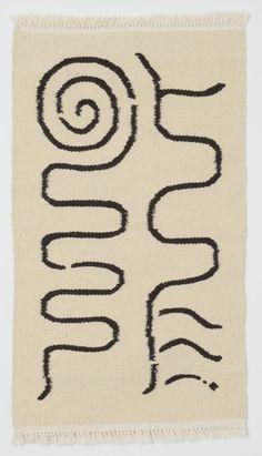 ババグーリ伊勢丹新宿店で「Good Luck Carpets」4月8日(水)-21日(火) ババグーリオリジナルのウールラグは、護符をデザインしたもの。 チュニジア北部の工房で、羊の毛を漉いて紡ぎ、手織りで仕上げ。 原毛そのままの天然色の、生成りに焦茶、またはそれらを混ぜたグレーを 柄によって二色使いしています。 様々な柄が揃いました。この機会にぜひご覧ください。