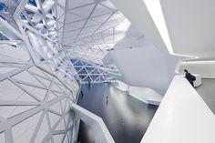 """廣州大劇院總建築面積約70,000平方米,整體結構由金屬框架搭成,需要用到59種專門定制的異形鑄鋼接頭。 哈迪德說:""""我很感激廣州。如今建築師們在世界上很難找到這樣富有遠見、充滿熱情、敢於革新的客戶。"""""""